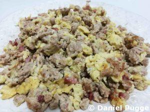 Hackfleisch mit drei Eiern und 50 g Speck