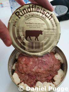 Rindfleisch aus der Dose mit Fett ! dabei ;) Für unterwegs sehr gut.