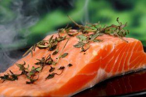 Mindestens zweimal die Woche fettigen Fisch mit auf den Teller.